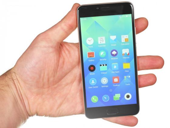 Обзор смартфона Meizu M5 - вид спереди, в руке