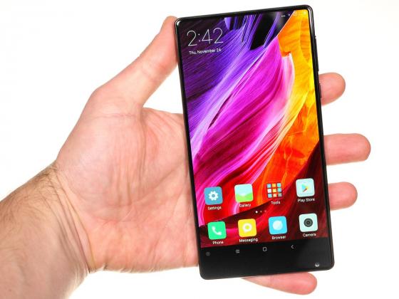Обзор Xiaomi Mi Mix - вид спереди, в руке