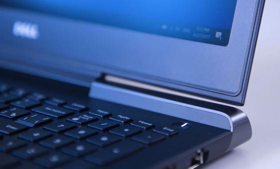 Обзор игрового ноутбука Dell Inspiron 7567 - кнопка включения с подсветкой