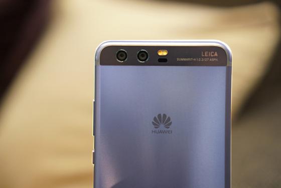 Huawei P10 в ослепительно синем цвете