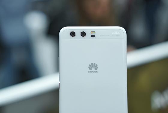 Huawei P10 - белая керамика вид сзади