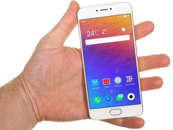 Обзор смартфона Meizu Pro 6 - в руке вид спереди