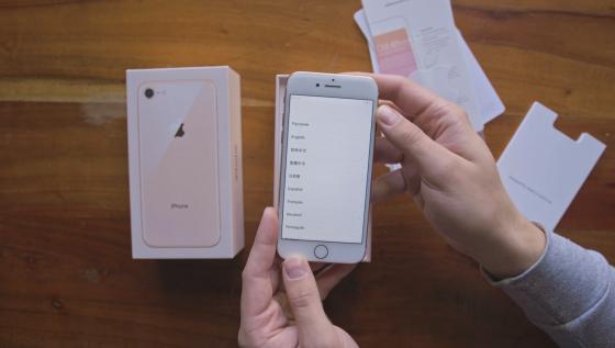Распаковка и обзор iPhone 8 и 8 Plus - вид спереди