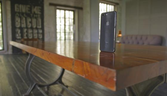 Распаковка и обзор iPhone 8 и 8 Plus - вид сзади