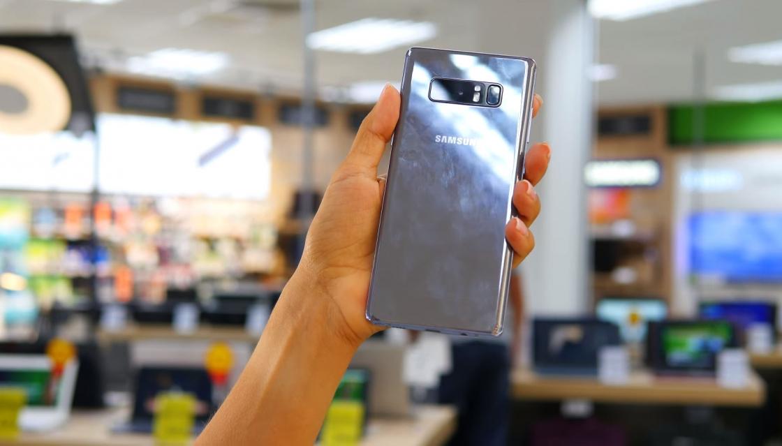 Обзор Samsung Galaxy Note 8 - задняя панель очень маркая
