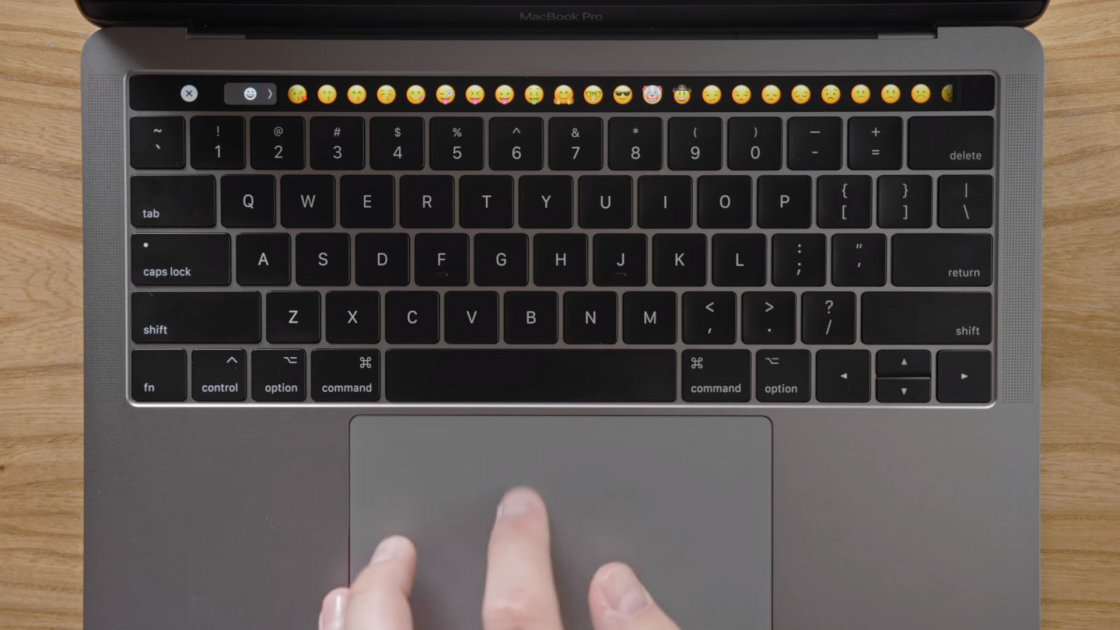 Обзор MacBook Pro 2017 - Touch Bar emoji