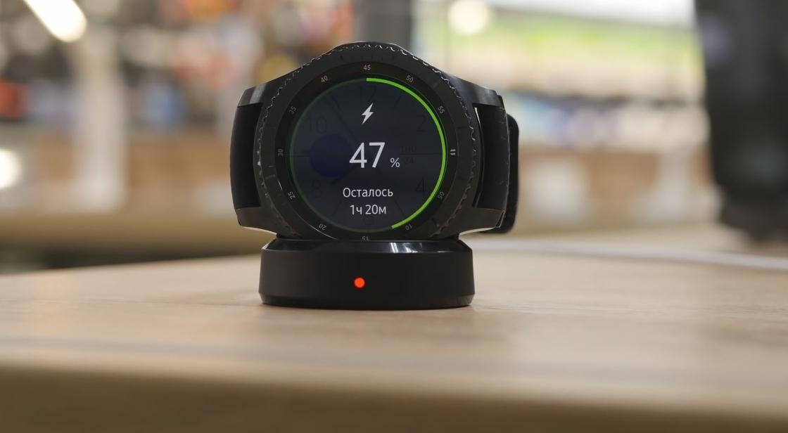 Samsung Gear S3 заряжается от фирменной док-станции за 2 часа от 0 до 100%.