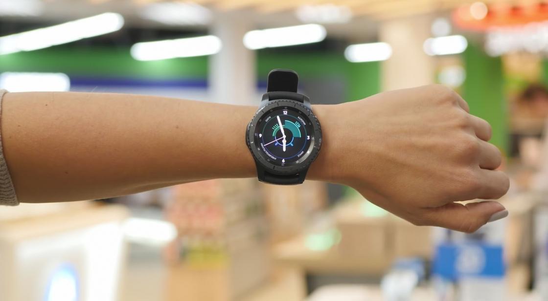 Samsung Gear S3 Frontier на женской руке