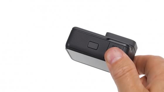 Обзор GoPro HERO 5 - в руке, вид снизу