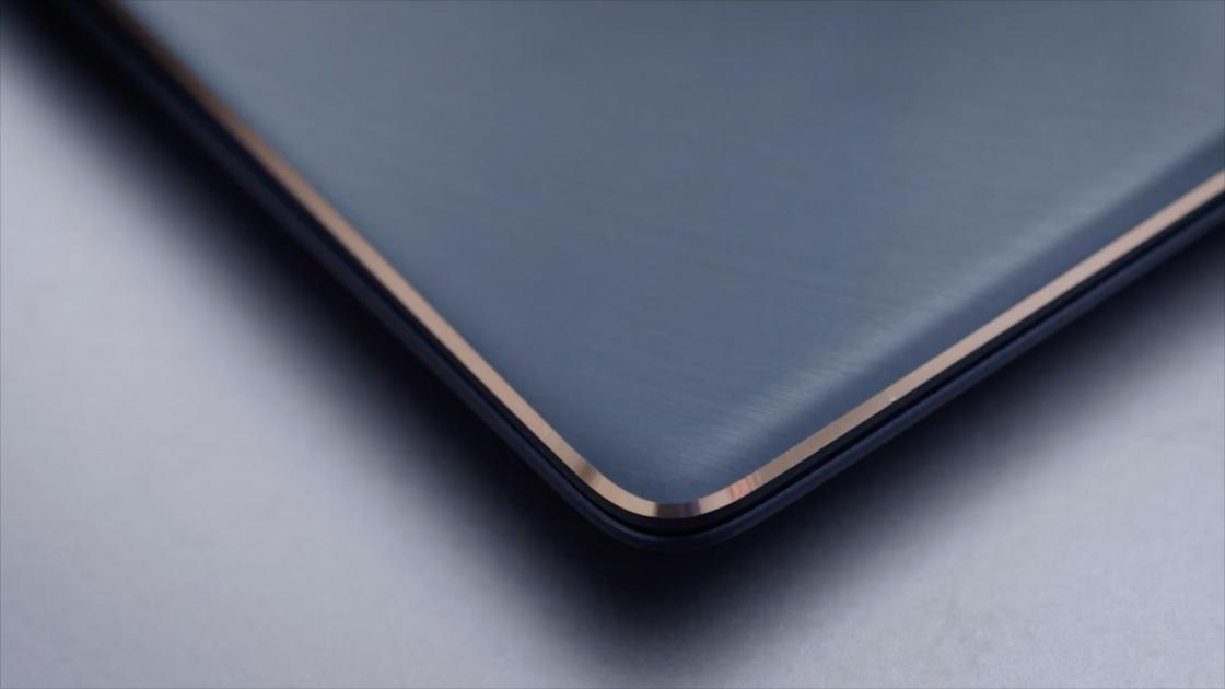 Отделка розовым золотом на гранях крышки ZenBook S