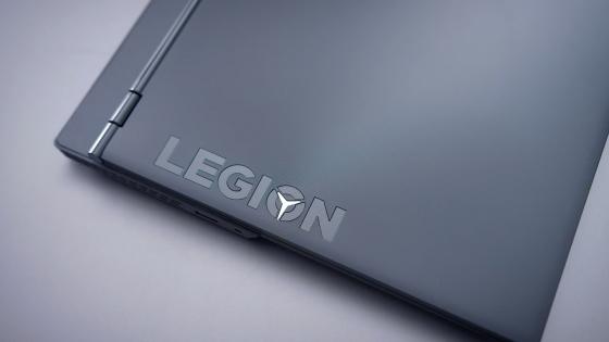 Логотип Legion с подсветкой на крышке игрового ноутбука Y530
