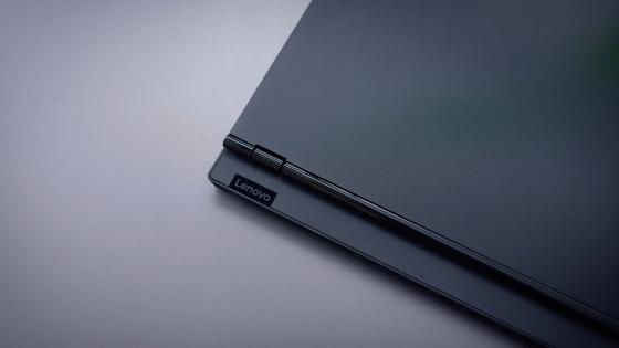 Логотип Lenovo на корпусе ноутбука