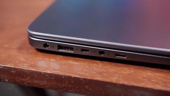 Разъемы на левой стороне ноутбука ASUS ZenBook (UX430UA)