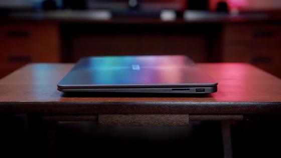 Разъемы на правой стороне ноутбука ZenBook (UX430UA)