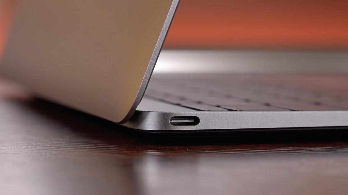 USB Type-C на левой стороне MacBook (2017)