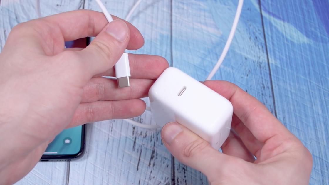 Зарядное устройство у iPhone XS
