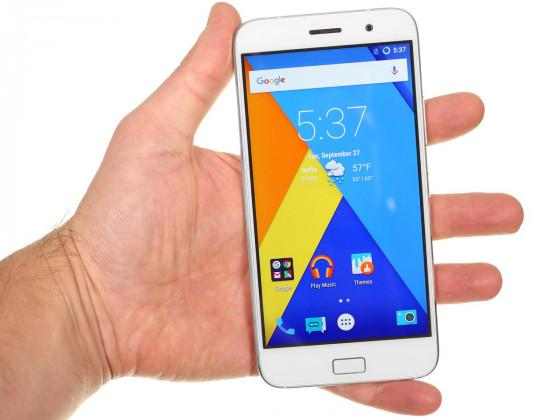 Обзор китайского смартфона ZUK Z1 - вид спереди, в руке