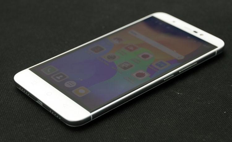 Обзор смартфона Micromax Q398 - передняя часть (фото 2)