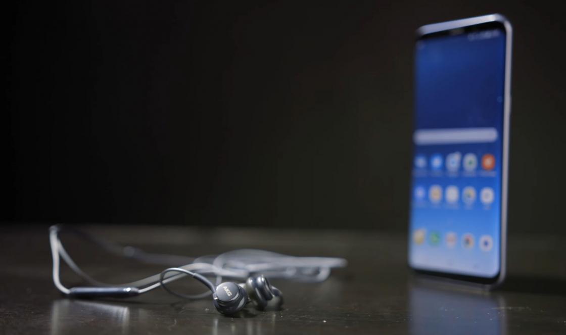 Обзор Samsung Galaxy S8 - наушники AKG в комплекте