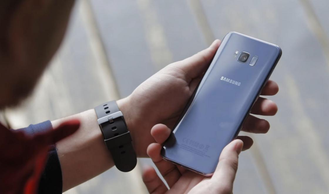 Обзор Samsung Galaxy S8 - в руках вид сзади