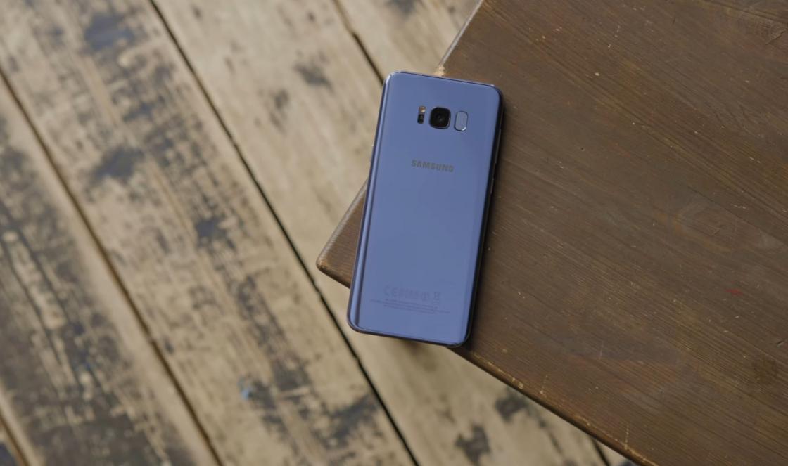 Обзор Samsung Galaxy S8 - вид сзади из далека