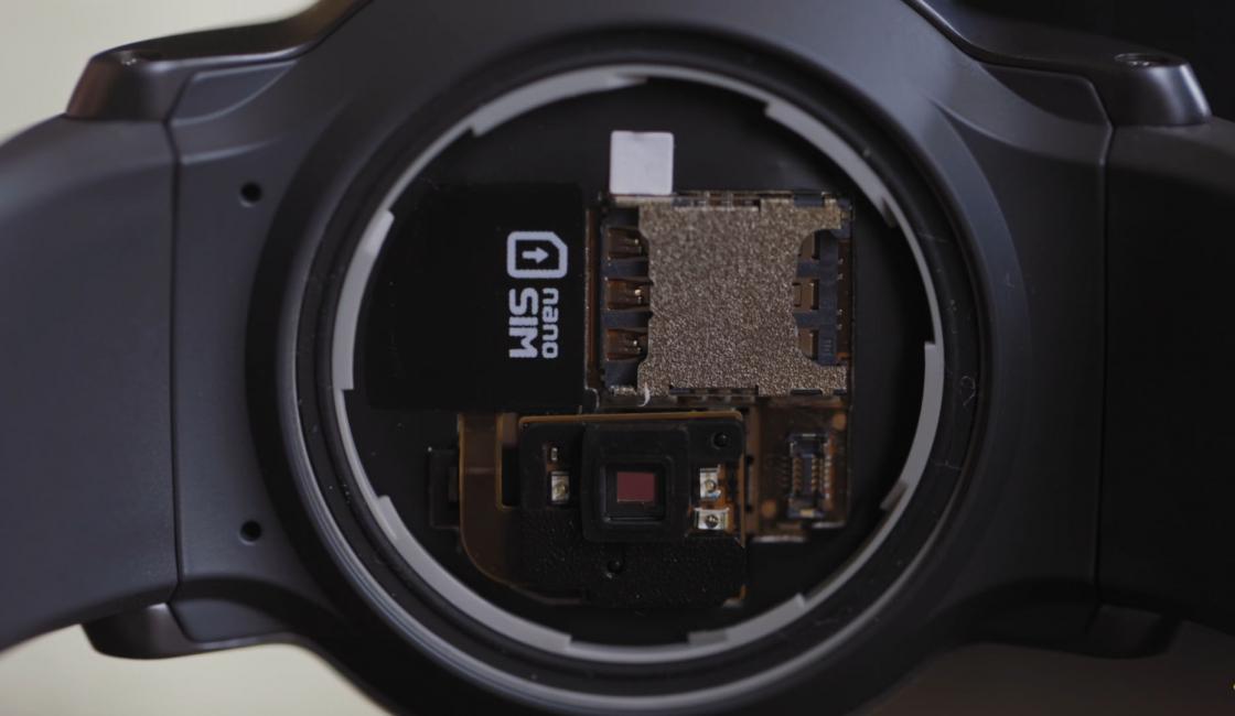 Обзор LG Watch Sport - лоток для nano-SIM