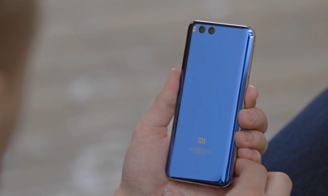 Обзор Xiaomi Mi 6 - вид сзади в руке